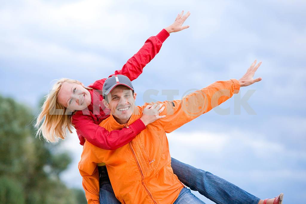 Молодые любви пара, улыбаясь в голубое небо — Изображение 7008