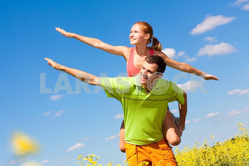 Молодые любви пара, улыбаясь в голубое небо — Изображение 7010