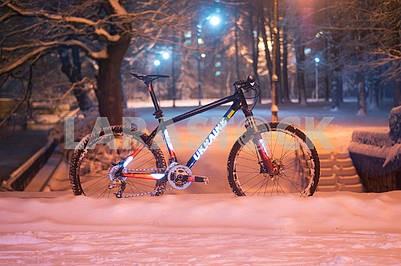 Горный велосипед MTB в снегопаде
