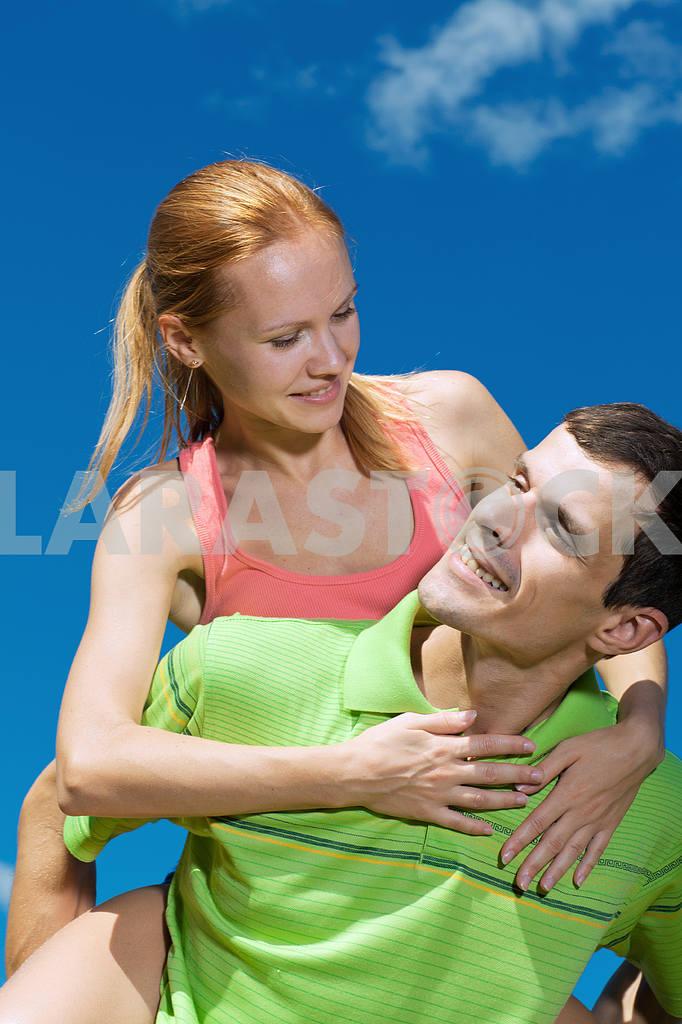 Молодые любви пара, улыбаясь в голубое небо — Изображение 7014