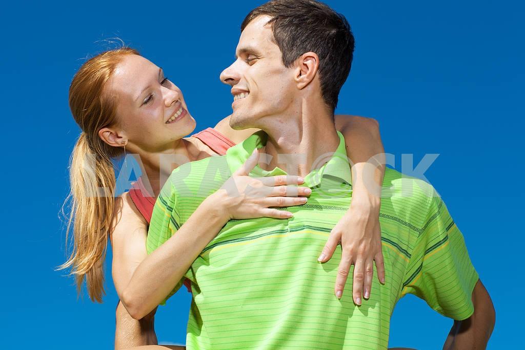 Молодые любви пара, улыбаясь в голубое небо — Изображение 7015