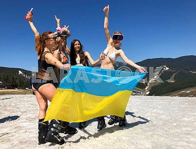 Лыжники с флагом Украины