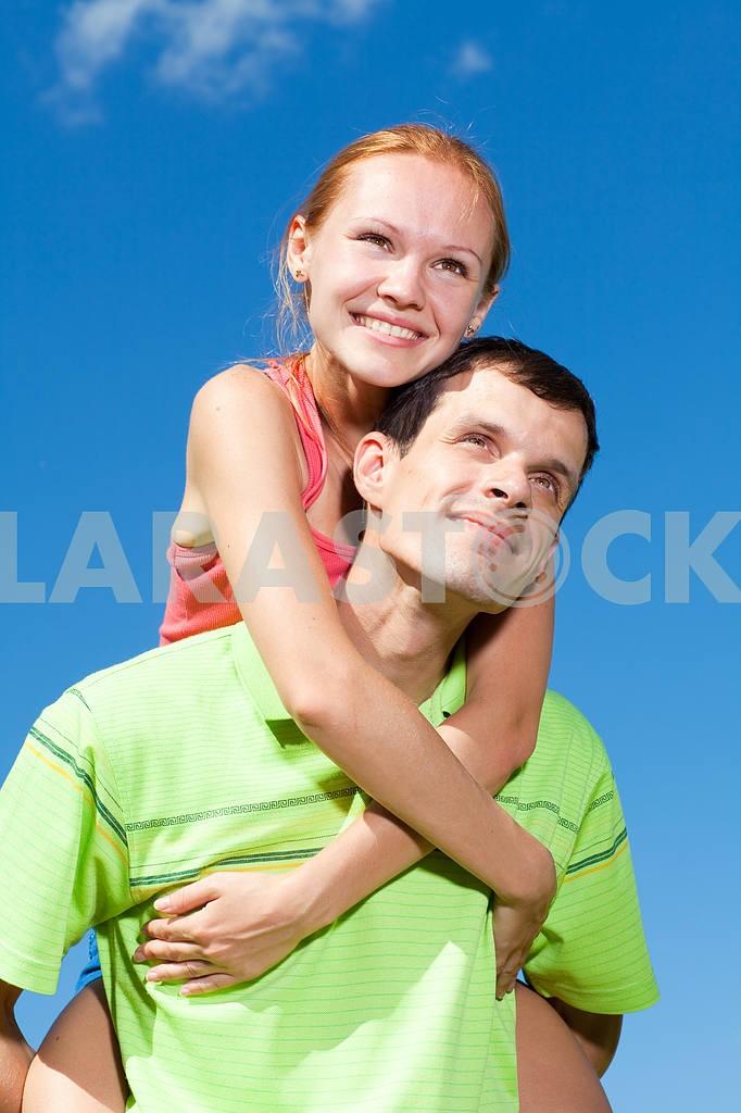 Молодые любви пара, улыбаясь в голубое небо — Изображение 7016