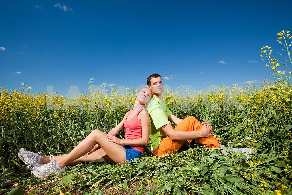 Молодые любви пара, улыбаясь в голубое небо — Изображение 7020