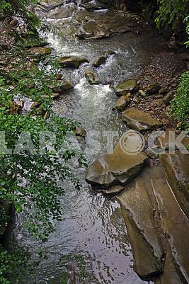 Гірська річка з невеликим водоспадом
