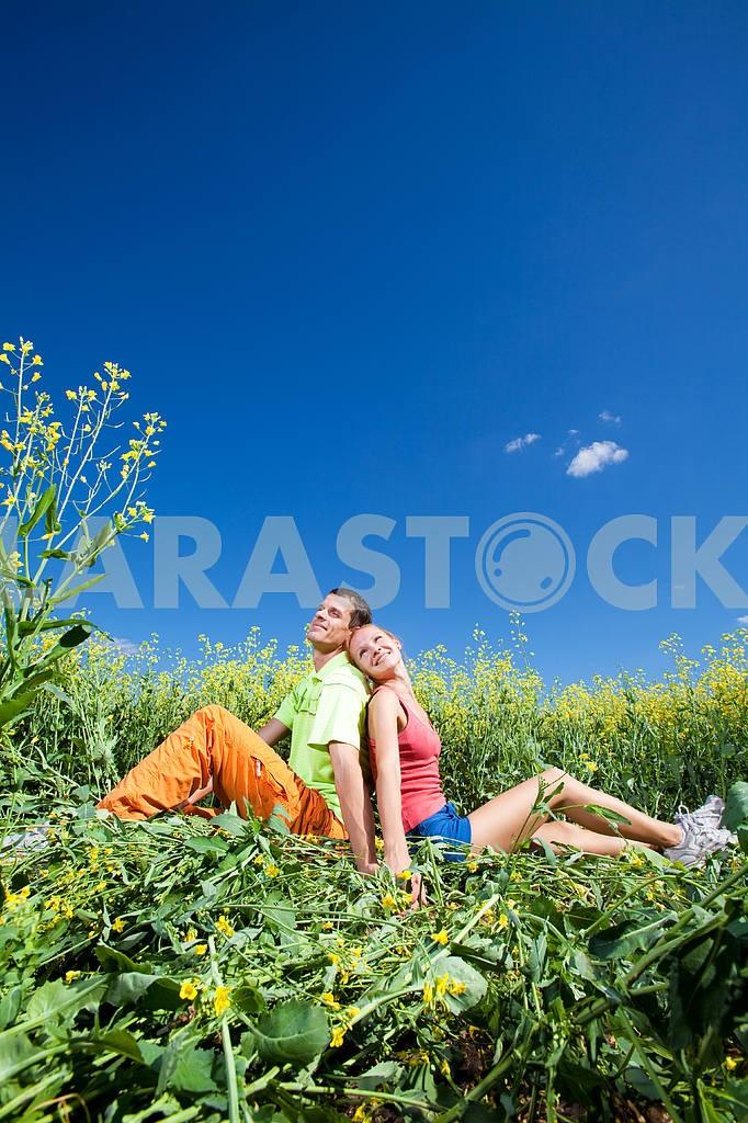 Молодые любви пара, улыбаясь в голубое небо — Изображение 7024