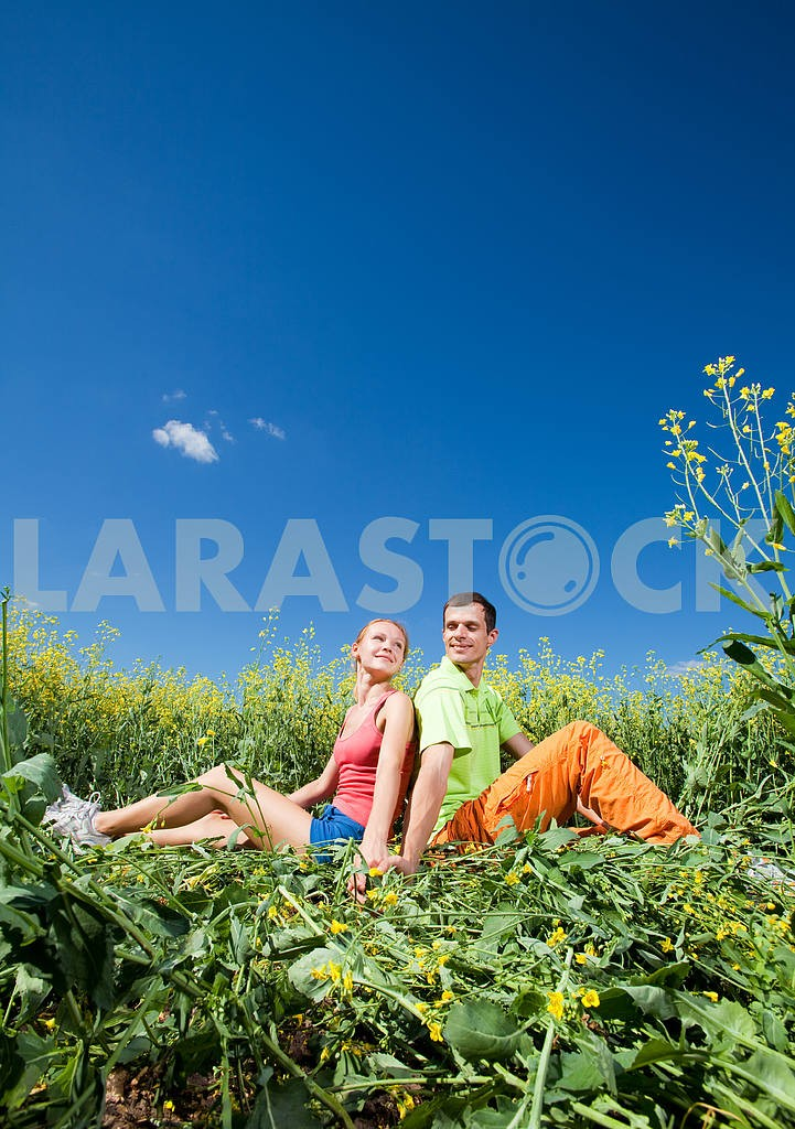Young love Couple having fun in the field under blue sky — Image 7025