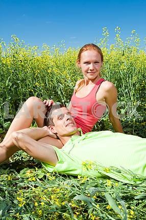 Молодые любви пара расслабляющий , лежа на траве