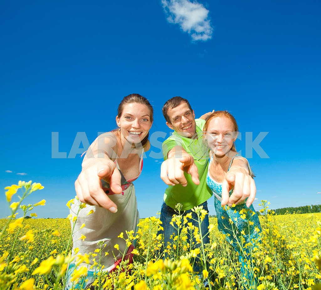 Happy people is jumping in field — Image 7034