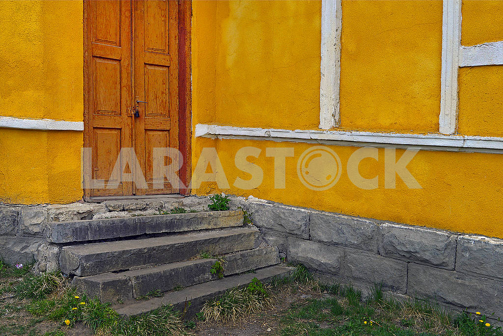 Old doors on a yellow wall — Image 70466