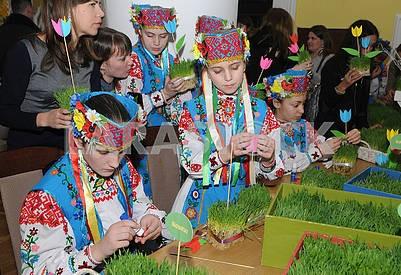 Девочки в национальных костюмах