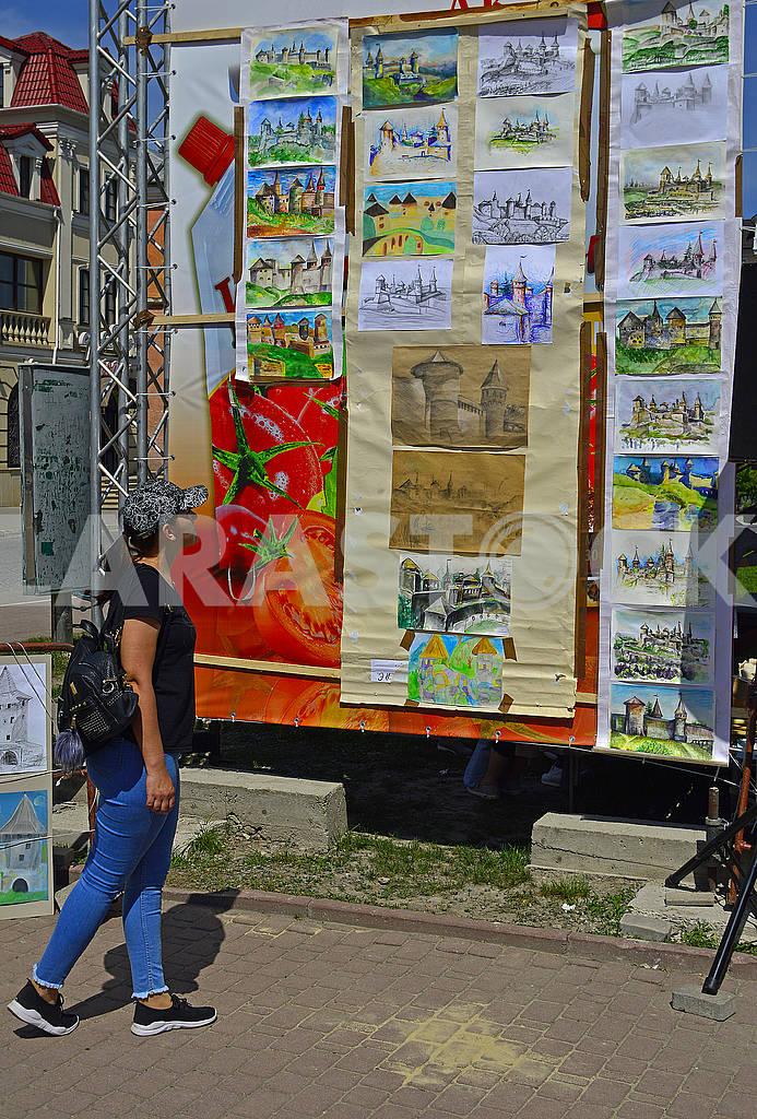 Молода дівчина відвідує виставку дитячих малюнків — Изображение 70538