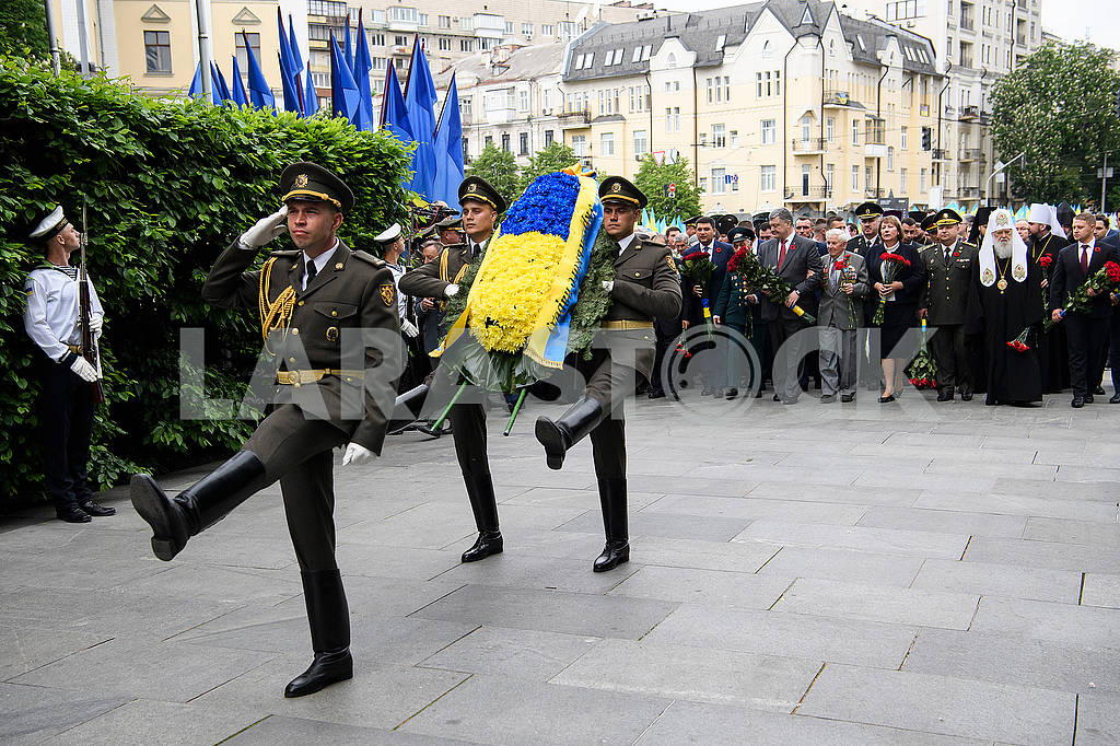 Servicemen with a wreath — Image 70577