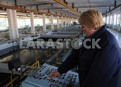 Сотрудница Деснянской водопроводной станции за пультом управления