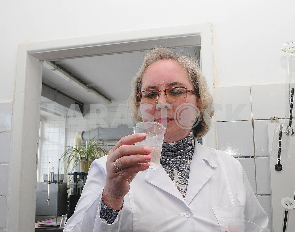 Employee of Desnyanskaya water supply station drinks water — Image 70694