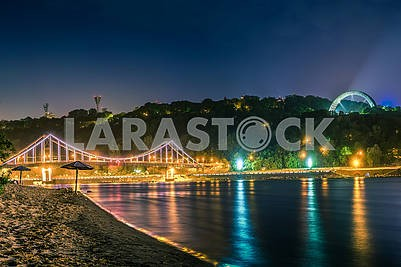 Красивый фон закат на реке с видом на освещенный мост