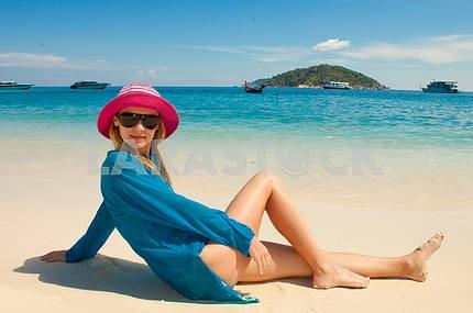 Счастливый молодая женщина против лазурного моря