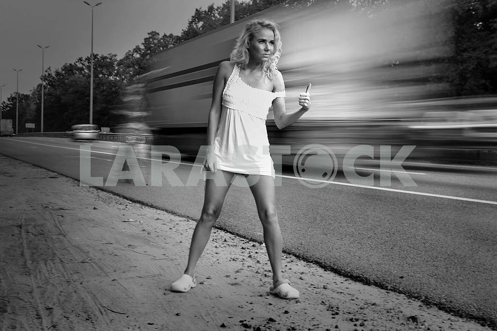 A girl in a light dress is catching a car — Image 70968