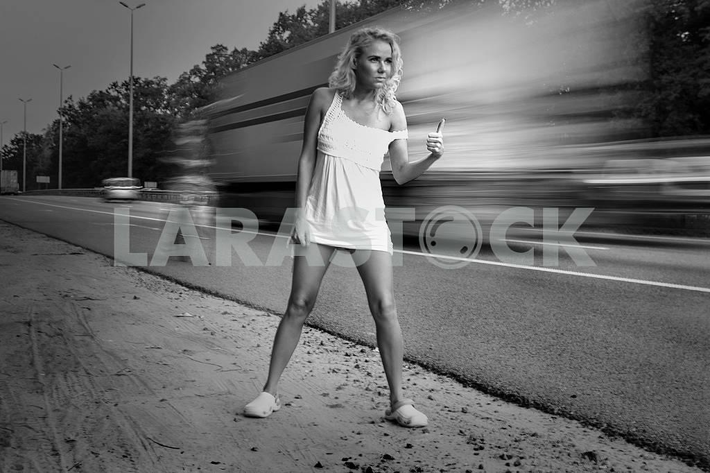 Девушка в светлом платье ловит машину — Изображение 70968