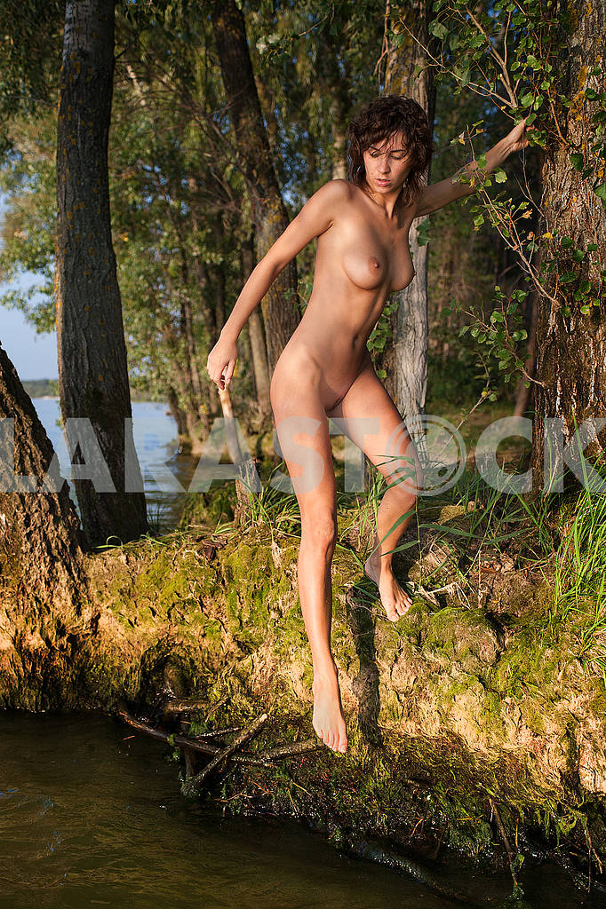 Naked girl on the lake — Image 71024
