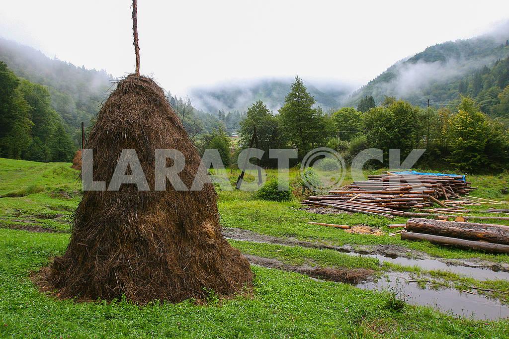 Стог сена на фоне гор — Изображение 71073