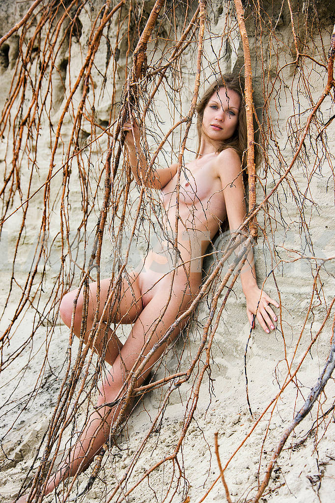 Evening photo of a naked girl on the river bank — Image 71169
