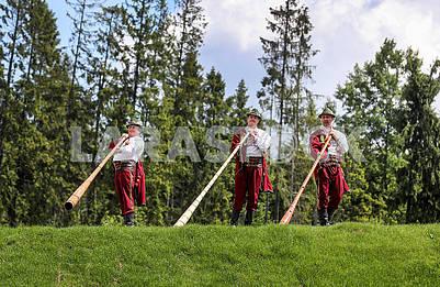 Гуцулы играют на трембитах