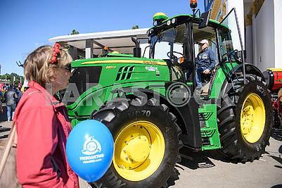 Трактор на выставке
