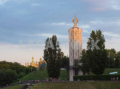 Люди возле памятника жертвам Голодомора