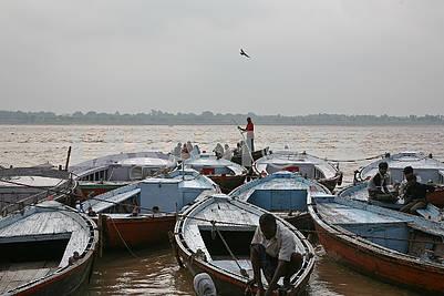Лодки около берега священной реки Ганг.