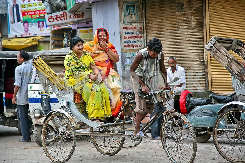 Индийский велорикша на улице везет двух женщин — Изображение 71528