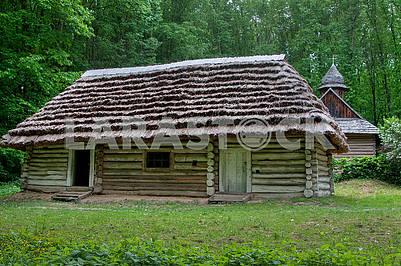Деревянный дом конца 19 века с тростниковой крышей.