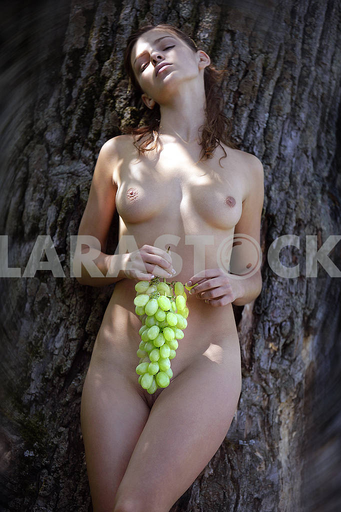 Naked girl and a bunch of grapes — Image 71837
