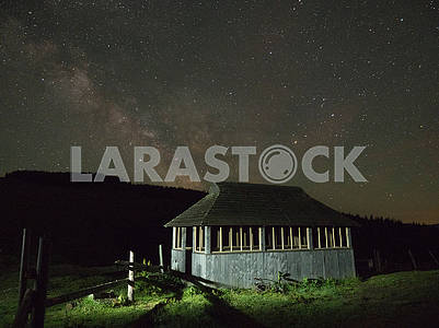 Домик на фоне звездного неба