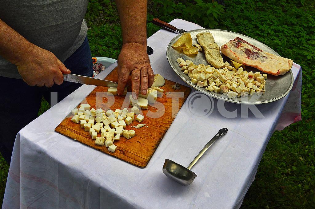 Чоловік нарізає сало ножем — Изображение 71980