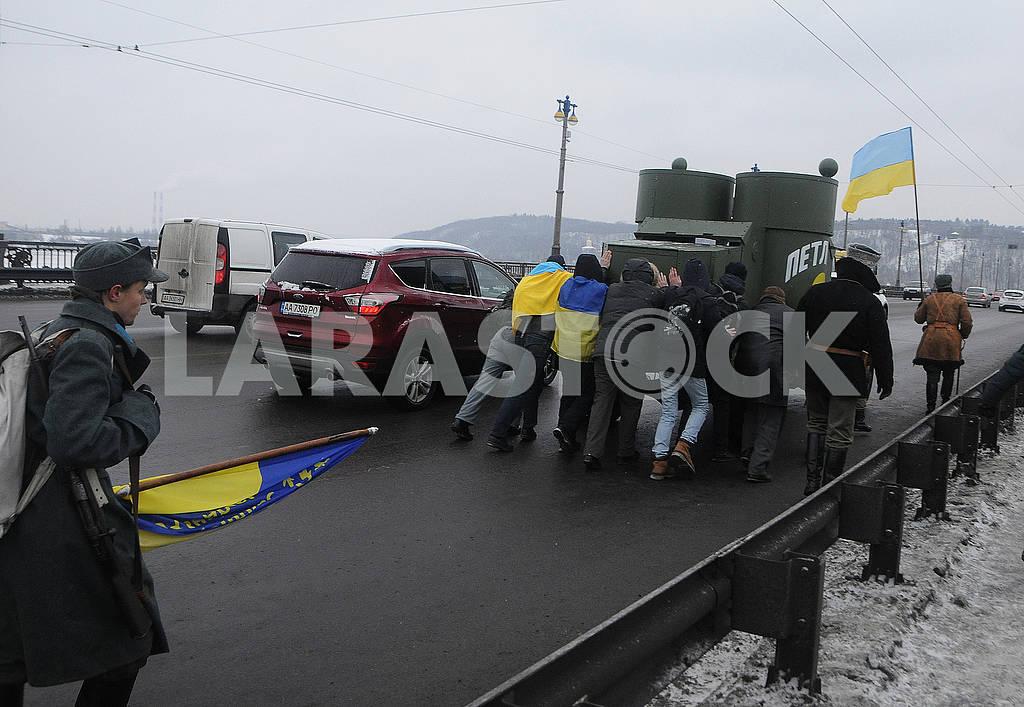 """Участники акции толкают броневик """"Петлюра"""" — Изображение 72004"""