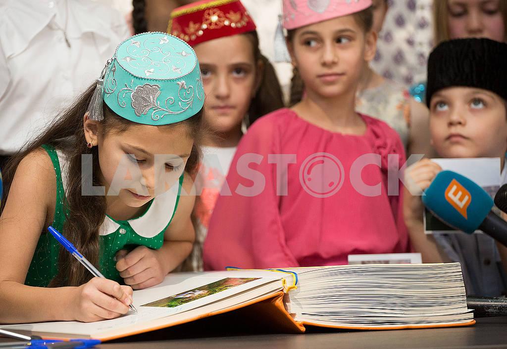 Дети в крымскотатарских костюмах — Изображение 72127