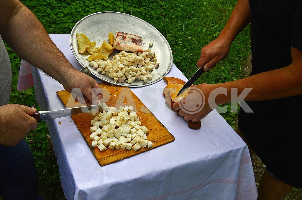 Два чоловіки нарізають сало ножами — Изображение 72415