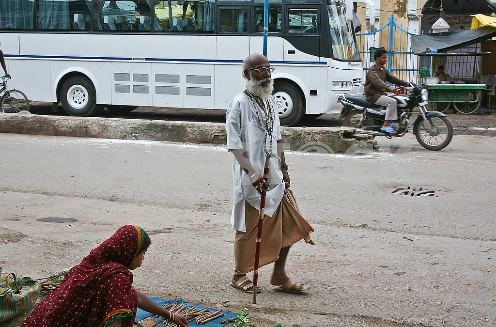 Девушка 23А на улице продает палочки для чистки зубов. — Изображение 72463