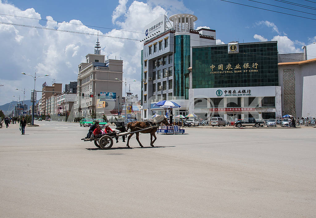 A cart with a horse rides through the central square of the city. — Image 72485
