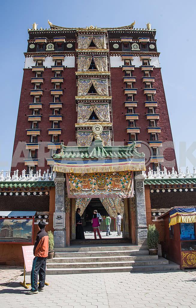 Вход в главный храм «Миларепы» в Хезуо — Изображение 72489