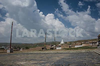 Флагштоки холма храма Миларепы