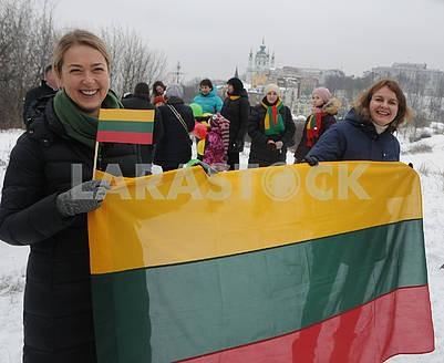 Люди держат флажки Литвы