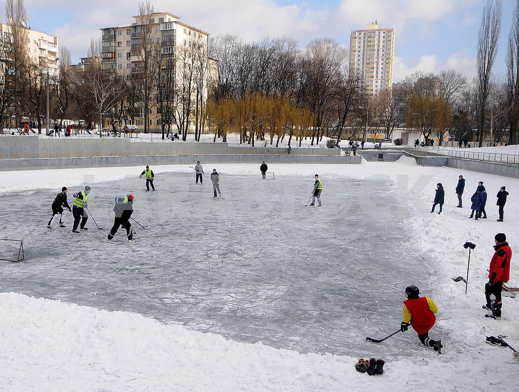 Молодые люди играют в хоккей — Изображение 72679