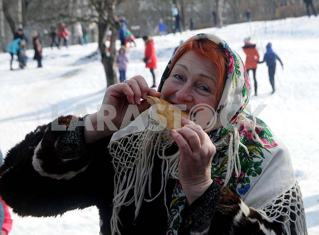Женщина ест блин — Изображение 72684
