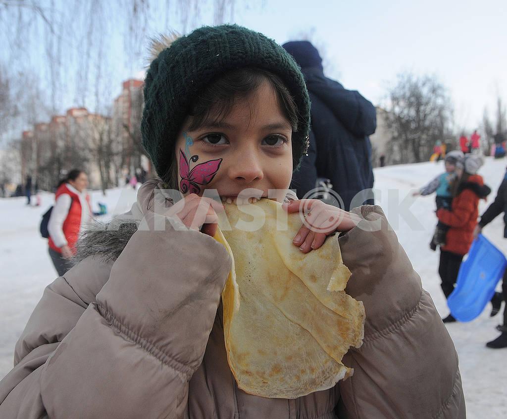 Девочка ест блин — Изображение 72686