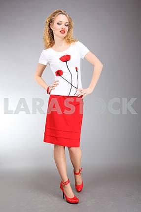 Красивая молодая женщина в светлом платье с серым фоном