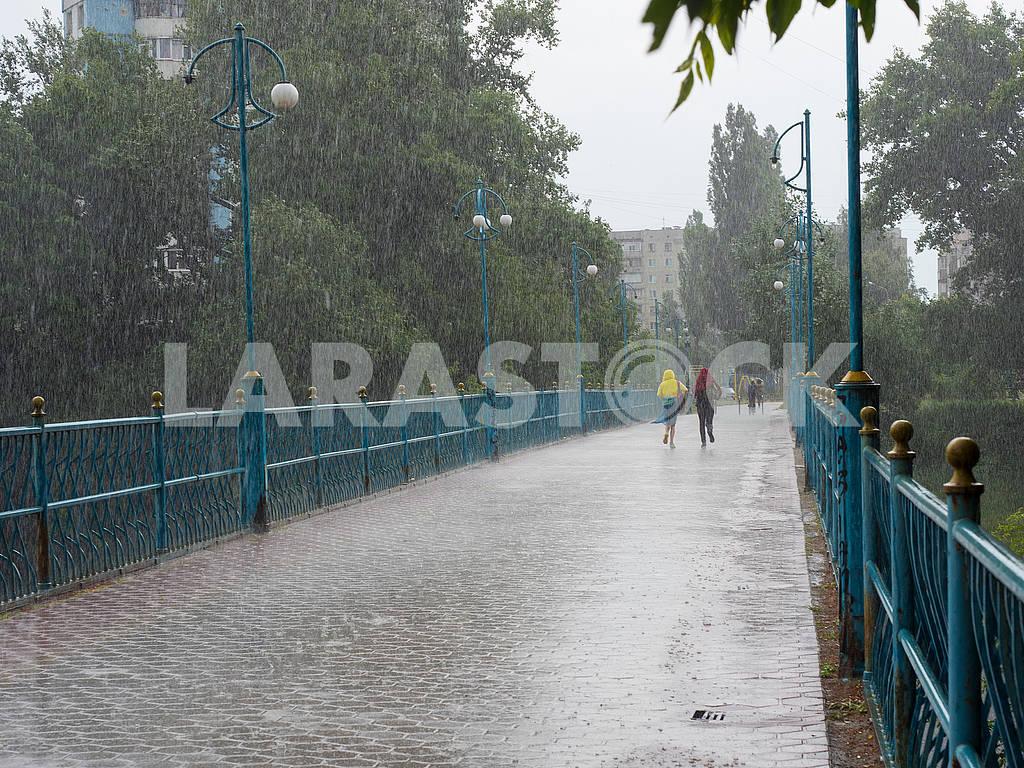 Люди бегут под дождём — Изображение 72860