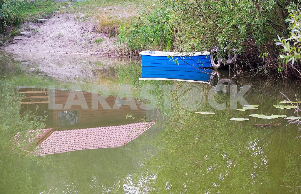Лодка и отражение домика — Изображение 72868