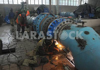 Сварочные работы на насосной водопроводной станции